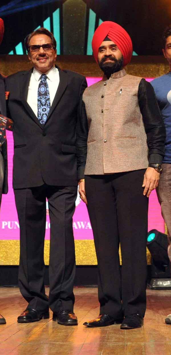 13_RZ_Dharmendra With Charan Singh Sapra At Baisakhi Di Raat