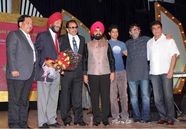 13_RZ_Narayan Rane Milkha Singh Dharmendra Charan Singh Sapra Farhan Akhtar Rakesh Om Prakash Mehra and Raj Babbar at Baisakhi Di Raat