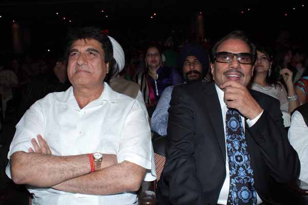 13_RZ_Raj Babbar with Dharmendra at Baisakhi Di Raat