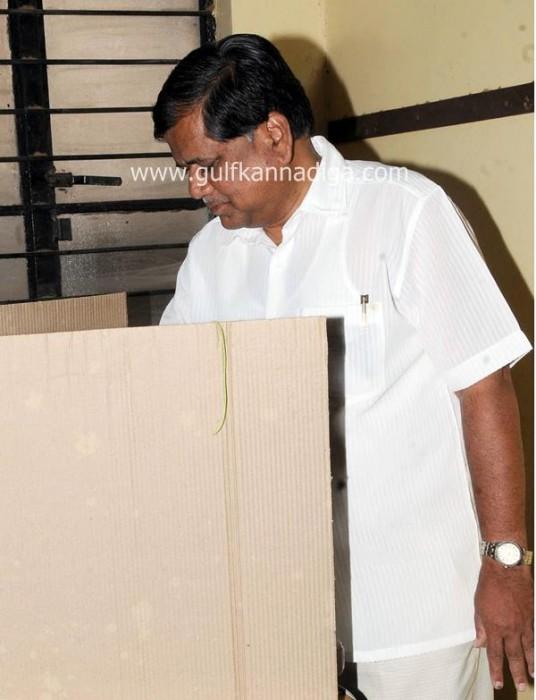karnataka-voting-201312-536x700