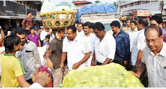 khadar-visit-market