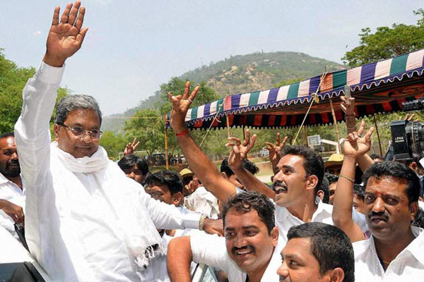 The tussle for Karnataka Chief Minister\'s post continues and sources say Siddaramaiah remains a frontrunner.