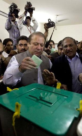 voting-Nawaz-Sharif_2013