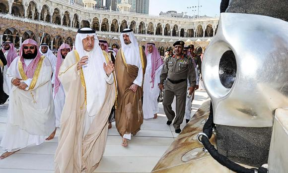 Makkah-governor-Prince-Khaled-Al-Faisal-performs-the-tawaf-and-prays-after-washing-the-Kaaba