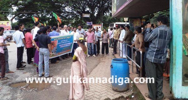 Kundapura-bjp-protest-sept-22-2013-020