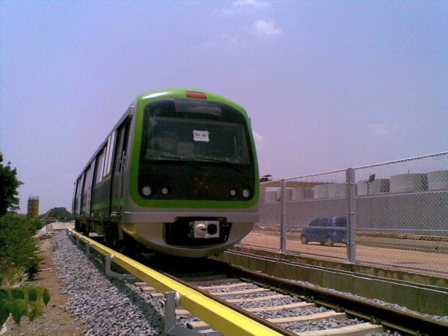passing green line train - HD1600×1200