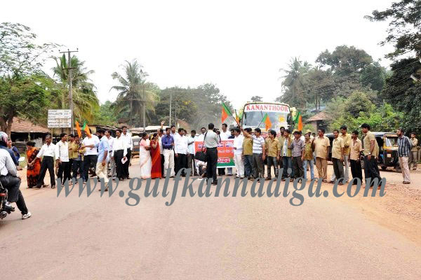BJP Yuva Morcha protest against poor condition of road at Thokottu