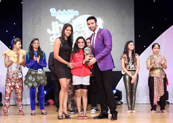 Sandip Soparrkar awarding contestant