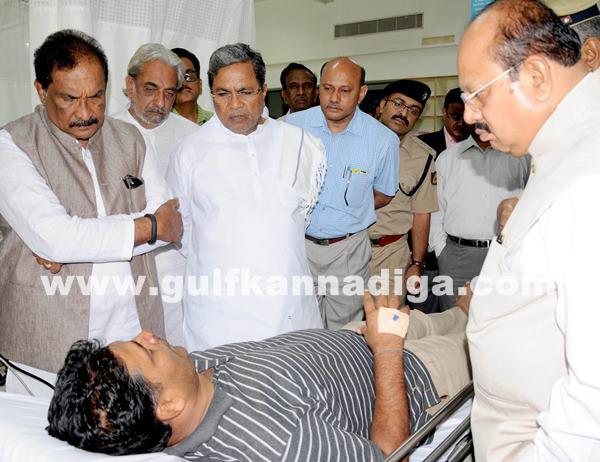 Belgaum CM visits KLE Hospital_July 6_2014_010