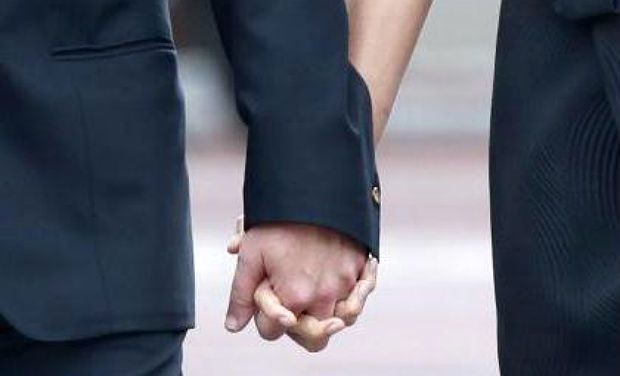 couple-holding-hands