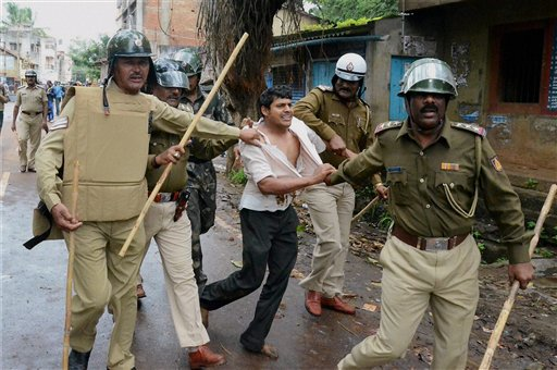 Stone pelting on police for removing pro-Maharashtra sign board in Karnataka
