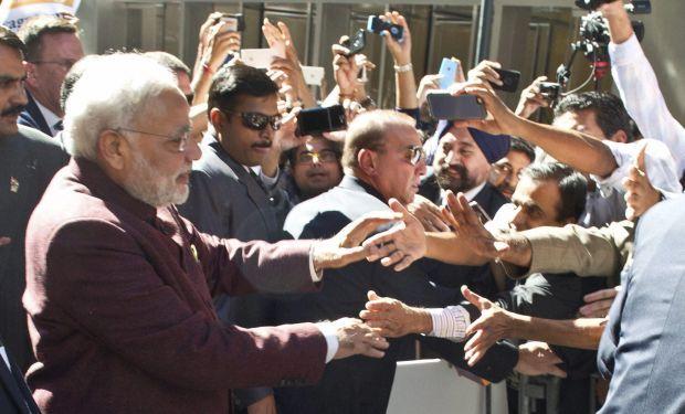 Modi_Greeting_supporters