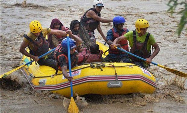 kashmir-flooding-boats