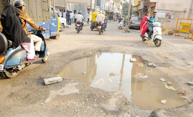 Bengaluru_potholes_Bikers
