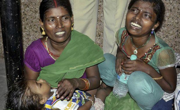 Family_members_Weep_Patna_Stampede