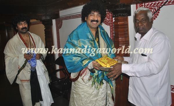 Gurukiran_visit_Kolluru Temple (2)