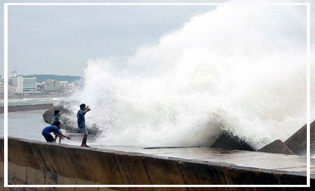 HudHud_cyclone_Live_1