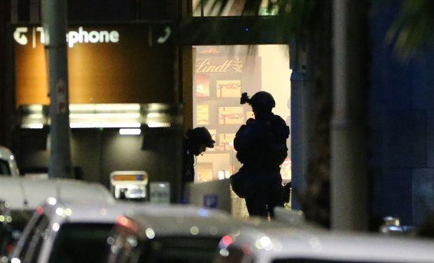 Australia Police reday to enter cafe ap photo_0