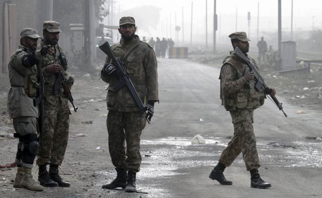 Pak_soldiers_stand_guard_before_executions_AP_650