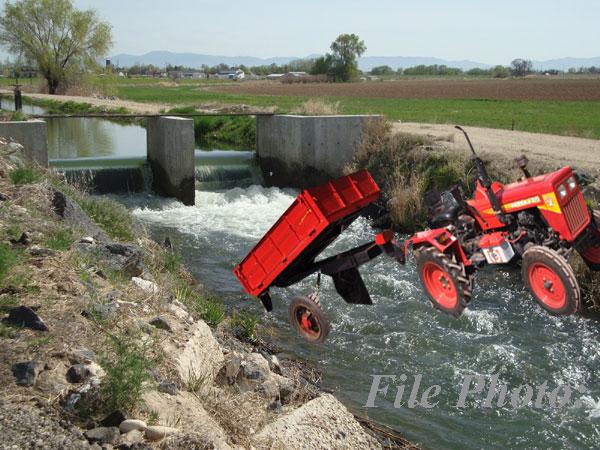 trator_fall_water