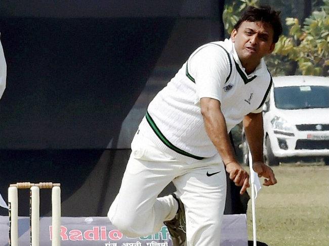 akhilesh-yadav-bowling_650x487_61424015843