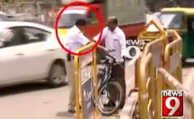 bangalore-traffic-policeman_650x400_41425385540