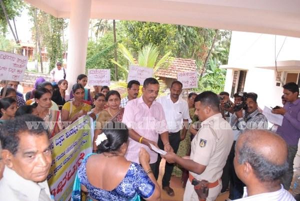 Kundapura_Ladies_Protest (21)