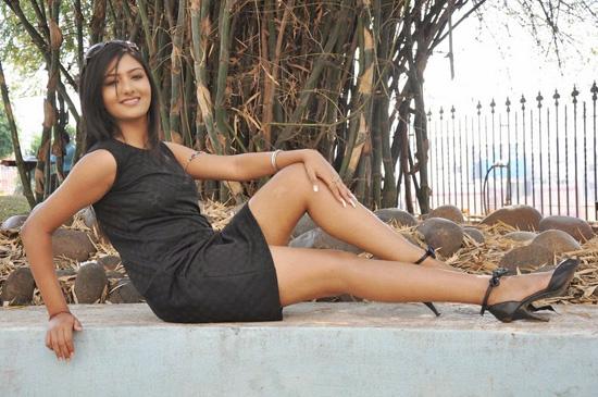 3874Khushi-Mukherjee-Sexy-Thigh-Show-14