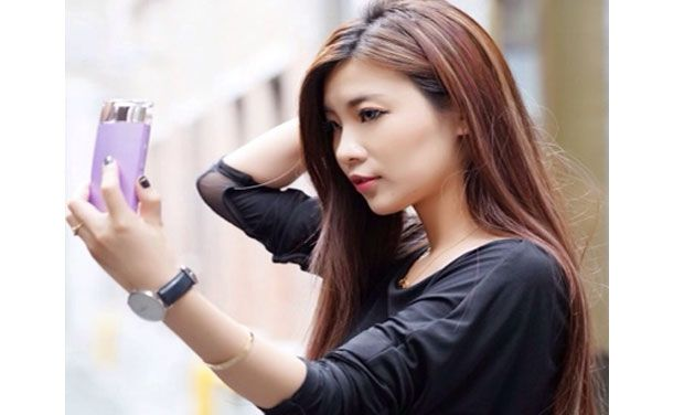 girl-with-selfie