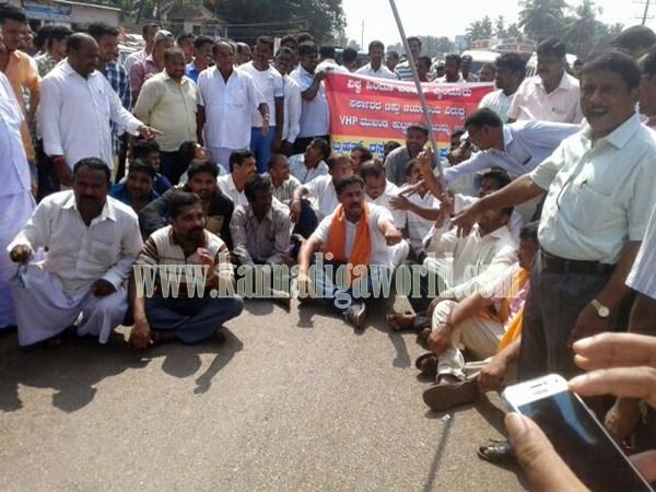 Byndoor._Highway block_Protest (1)