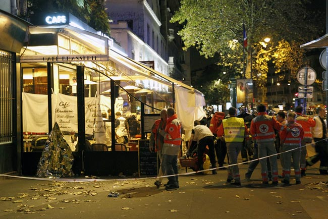 PARIS, FRANCE - NOVEMBER 13:  Police and medics gather after an attack near the Boulevard des Filles-du-Calvaire November 13, 2015 in Paris, France. Gunfire and explosions in multiple locations erupted in the French capital with early casualty reports indicating at least 60 dead. (Photo by Thierry Chesnot/Getty Images)