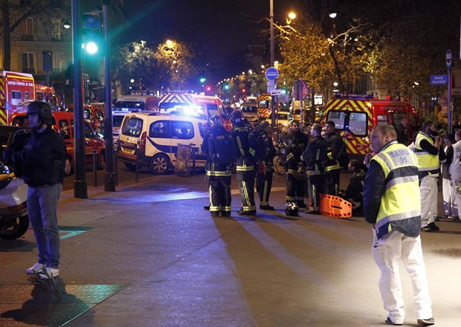 PARIS, FRANCE - NOVEMBER 13:  Police and medics gather near the Boulevard des Filles-du-Calvaire after an attack November 13, 2015 in Paris, France. Gunfire and explosions in multiple locations erupted in the French capital with early casualty reports indicating at least 60 dead. (Photo by Thierry Chesnot/Getty Images)