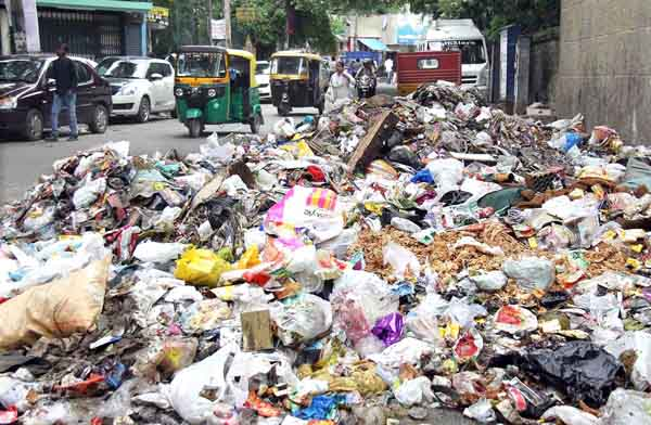 Festive Garbage being dumped on road side at Ulsoor Bazaar road, in Bengaluru on Thursday 12th November 2015 Pics: www.pics4news.com