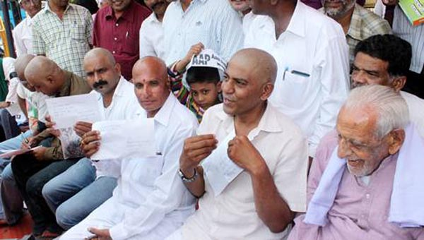30-3-16: Bengaluru: Members of the AAP Party members take out their head hair and packed for CM Siddaramaiah and Collegues in the Governmenrt  protest rally near Anand Rao Circle in Bengaluru on Wednesday./S Manjunath