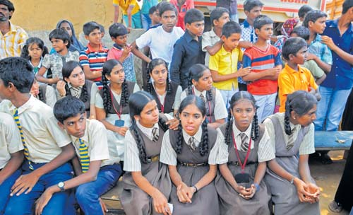 SSLC students of Swamy Vivekananda School in Thanisandra in protest against school management for not getting their hall tickets for the for the class ten exammination on Wednesday. DH Photo.