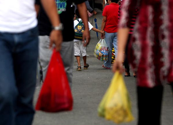 People still use plastic bags to carry their goods at the Commonwealth Market in Quezon City on September 1, 2012. The Quezon City government started implementing a ban on the use of plastic bags in its business establishments. (Photo by Jacqueline Hernandez)