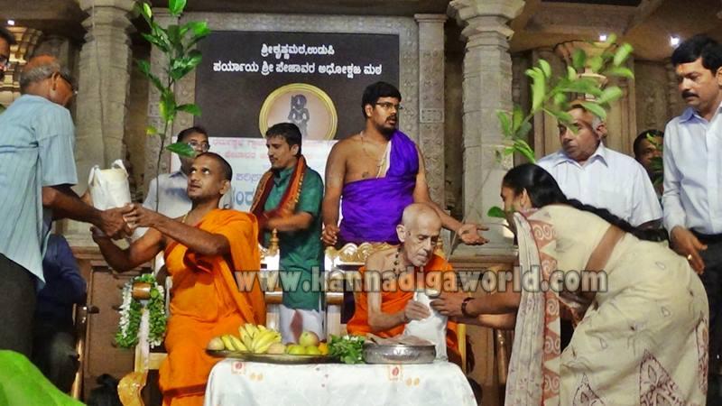 Udupi_Pejavara Shri_Sasi Vitarane (8)