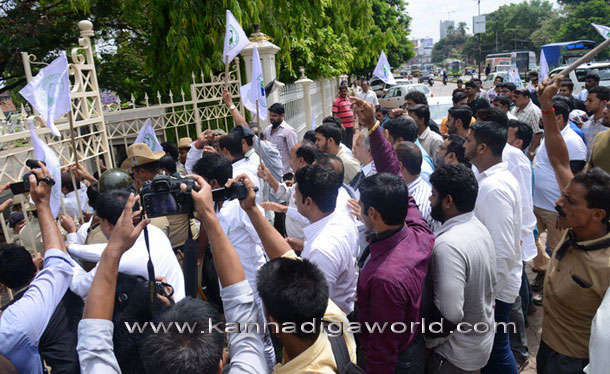 twnhal_protest_9