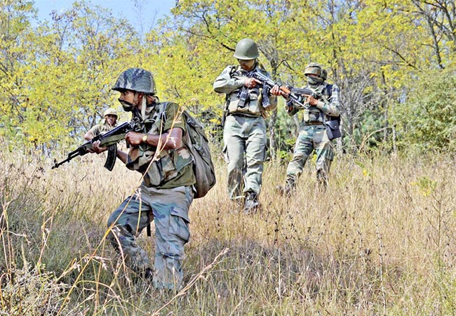 Uri: Army personnel take positions and moves towards the site where militants were hiding during an encounter at Lachipora in Uri Sector of north Kahsmir on Wednesday. PTI Photo  (PTI9_21_2016_000144B)
