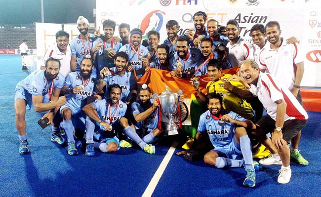 Kuantan:Indian hockey players pose with the Asian Champions Trophy after they beat Pakistan in the final in Kuantan, Malaysia on Sunday.PTI Photo (PTI10_30_2016_000134)