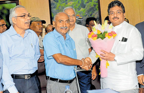 Irrigation Minister M B Patil greets the Central Water Commission (CWC) chairman G S Jha and team, at the meeting held at Vidhana Soudha in Bengaluru on Friday. Former Chief Secretary Arvind Jadhav and Chief Secretary Subhashchandra Kuntia are also seen. -Photo/ VS