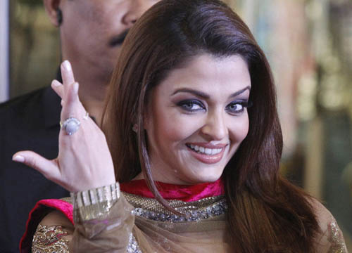 Actress Aishwarya Rai Bachchan gestures on the red carpet of the Bollywood Zee Cine Awards at the Marina Bay Sands in Singapore January 14, 2011. REUTERS/Vivek Prakash (SINGAPORE - Tags: ENTERTAINMENT PROFILE)