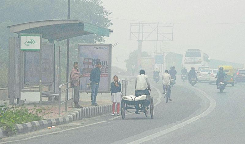 New Delhi : A view of New Delhi street covered with dense smog on Saturday. PTI Photo by Manvender Vashist(PTI11_5_2016_000104B)