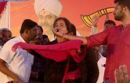 ಈ ಮಣ್ಣಿನ ಸೊಸೆ ನಾನು, ಅಂಬರೀಷ್ ಅವರ ಮೇಲಿನ ಅಭಿಮಾನವನ್ನು ಉಳಿಸಿ ಎಂದು ಸೆರಗೊಡ್ಡಿ, ಕೈಮುಗಿದು ಮತಯಾಚನೆ ಮಾಡಿದ ಸುಮಲತಾ